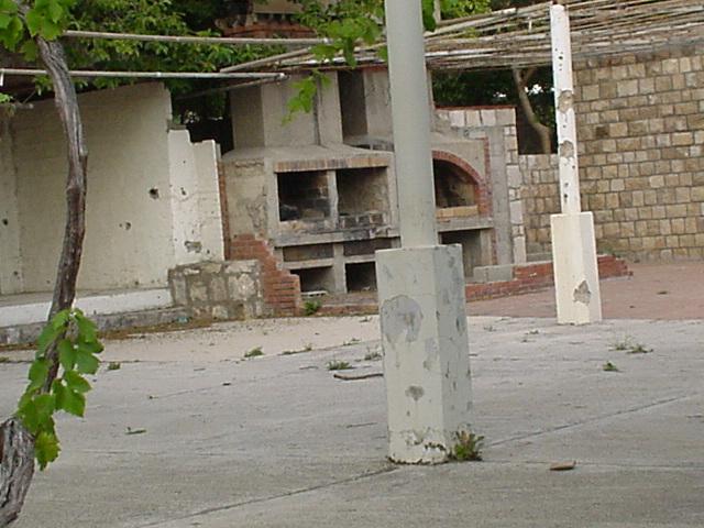 012_Ehemalige Pizzeria ist die einzige Ruine des Dorfes
