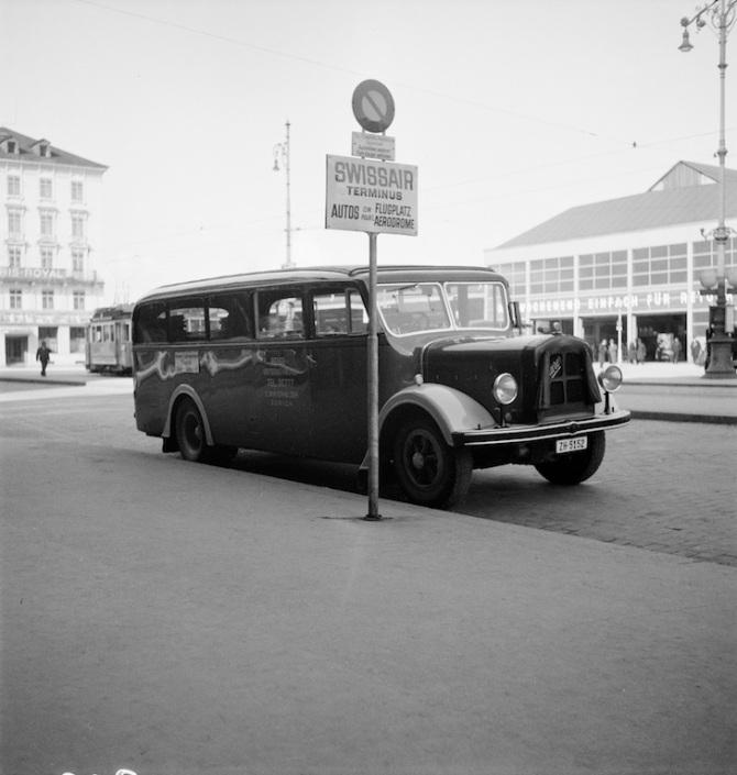 Haltestelle am Swissair-Terminus: Zubringerbus zum Flughafen Dübendorf