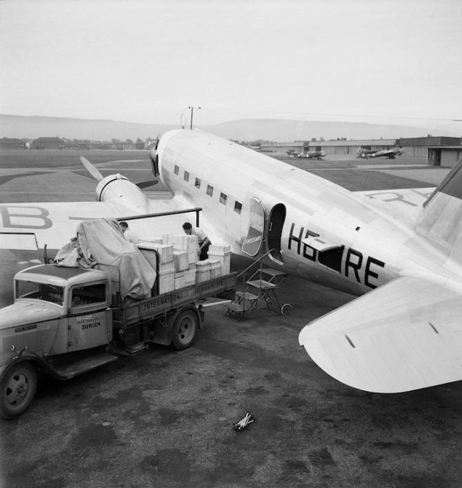 Frachtverlad in die Douglas DC-3-276, HB-IRE in Dübendorf