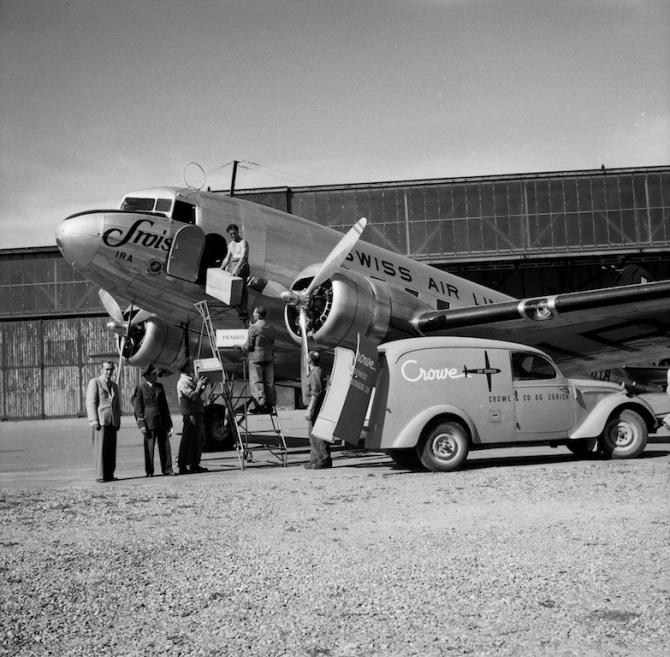 Frachtverlad in die Douglas DC-3-216, HB-IRA am Boden in Dübendorf