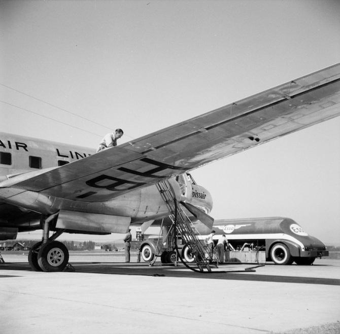 """Convair CV-240-11, HB-IRP """"Grisons"""" bei der Betankung in Zürich-Kloten"""