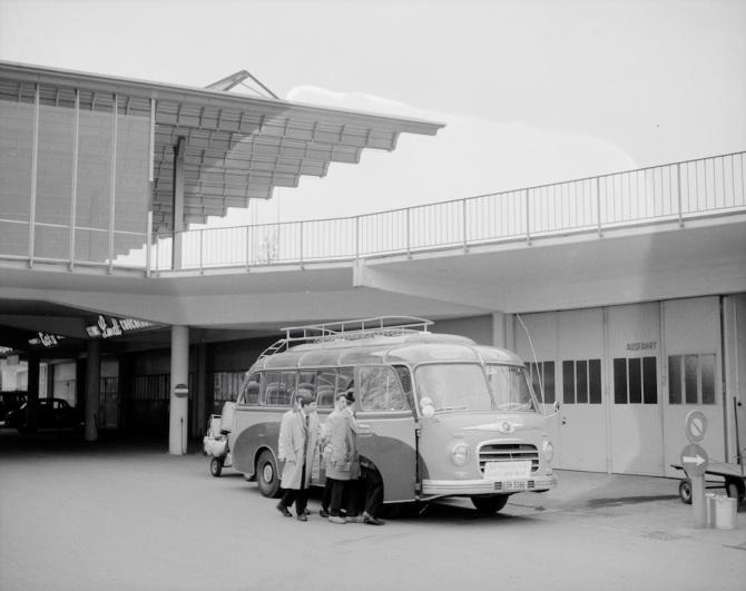 Swissair-Zubringerbus Setra vor dem Arrival am Flughafen Zürich-Kloten