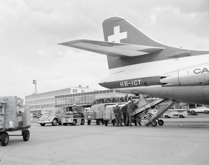 Frachtverlad in eine Sud-Aviation SE-210 Caravelle III in Zürich-Kloten