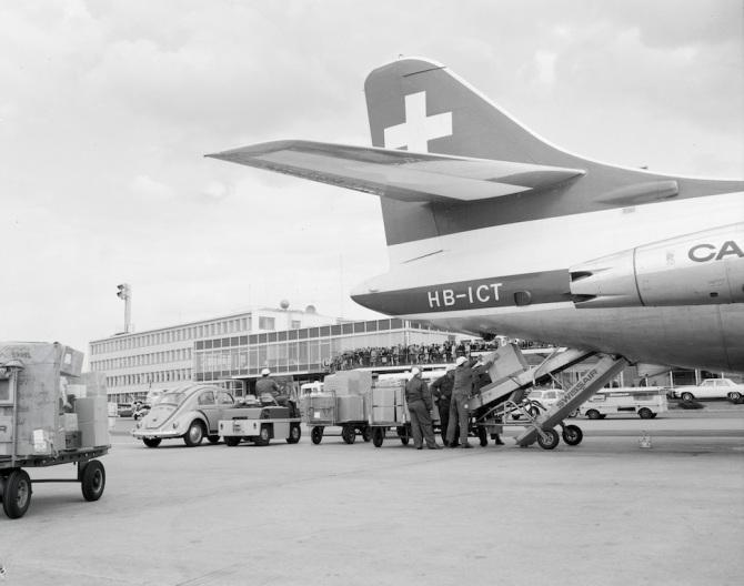 Frachtverlad in eine Sud-Aviation SE-210 Caravelle III in Zürich-Kloten