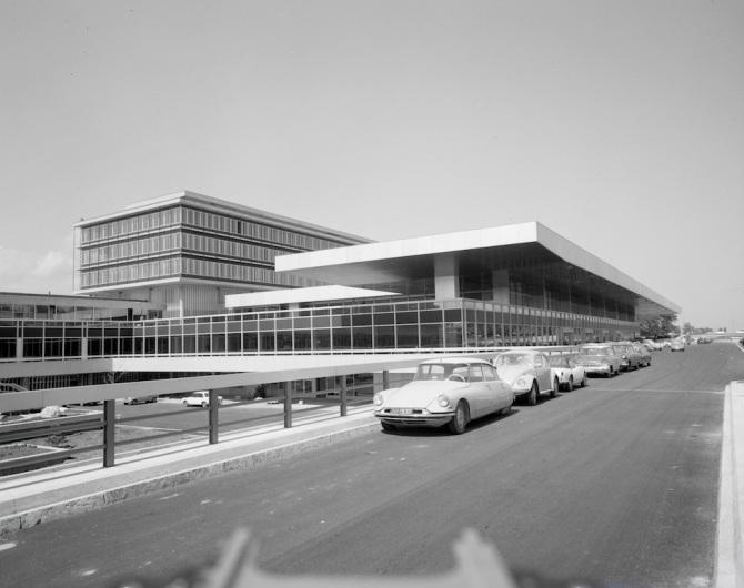 Moderne Architektur und Ikonen des Automobil- Designs am Flughafen Genf-Cointrin
