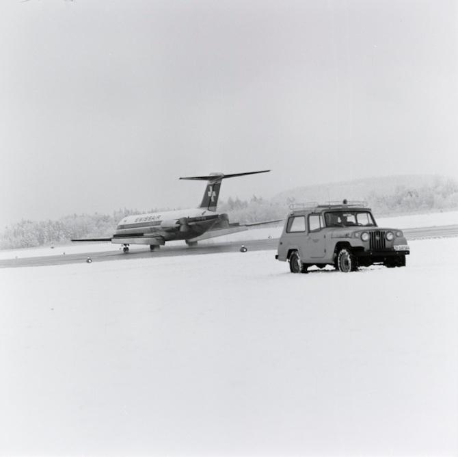 Maschine der Swissair beim Landen auf der Piste im Winter in Zürich-Kloten