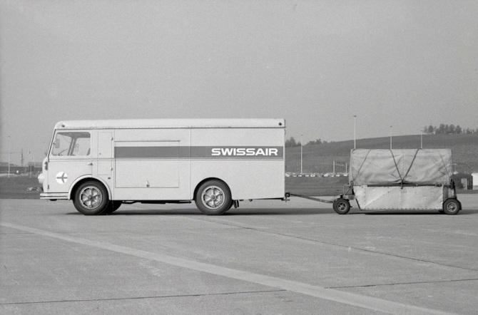 Werzeugwagen und Anhänger der Swissair am Flughafen Zürich-Kloten