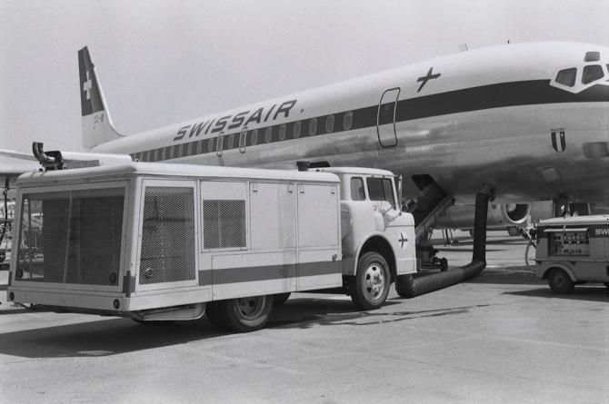"""McDonnell Douglas DC-8-62 CF, HB-IDK """"Matterhorn"""" mit angeschlossenem Klimagerät"""