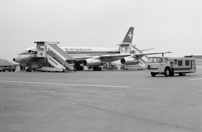"""Convair CV-990-30 A Coronado, HB-ICC """"St. Gallen"""" und Klimawagen (r.) in Zürich-Kloten"""