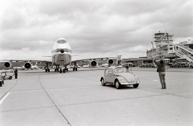 """Boeing 747 B rollt auf Standplatz mit """"follow-me"""" und """"Marshaller"""" in Zürich-Kloten"""