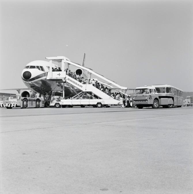 Passagiere beim Einstieg in eine Douglas DC-10 der Swissair in Zürich-Kloten