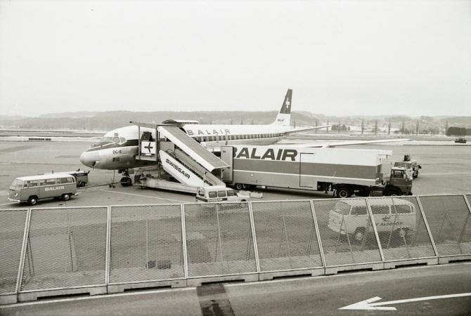 Douglas DC-8 der Balair mit Spezialfahrzeug am Flughafen Zürich-Kloten