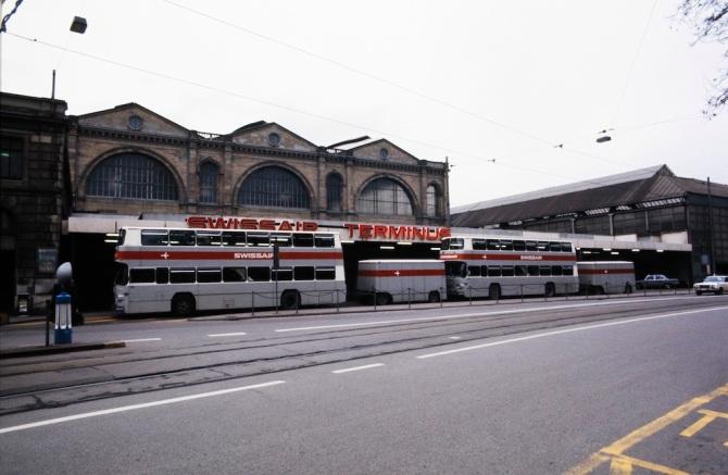 Swissair-Busse am Swissair-Terminus auf der Nordseite des Hauptbahnhofs in Zürich
