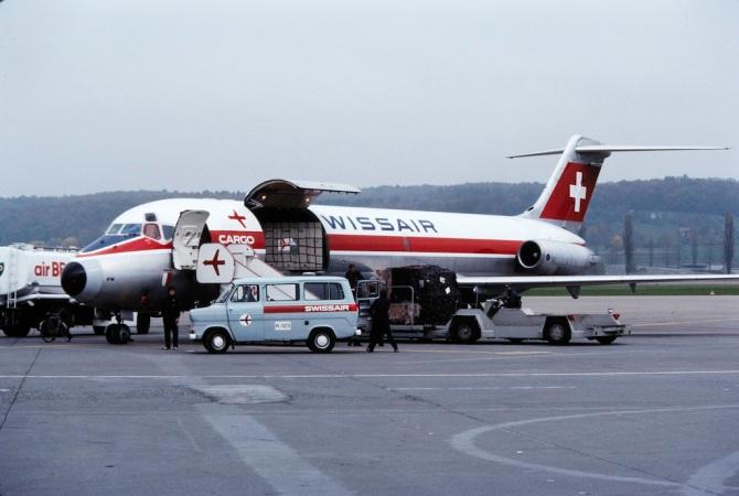 """Frachtverlad in die McDonnell Douglas DC-9-33 F Freighter, HB-IFW """"Payerne"""" in Zürich-Kloten"""