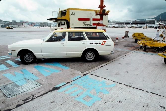 """Dienstwagen Toyota """"Cressida"""" des Stationsmechanikers (technical manager) der Swissair auf dem Flughafen Kai Tak in Hong Kong"""