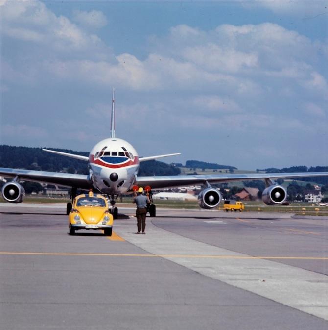 Marshaller und Follow-me-Fahrzeug vor eine McDonnell Douglas DC-8-62 der Swissair am Flughafen Zürich-Kloten