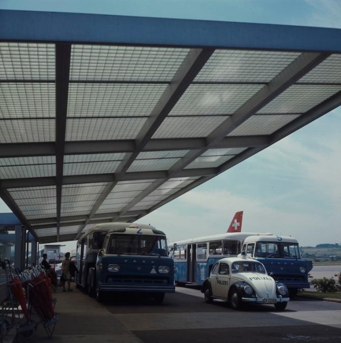 Flughafenbus mit Passagieren am Flughafen Zürich-Kloten
