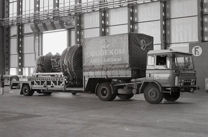Für die Überholung wird das Triebwerk General Electric CF6-50 zur KLM nach Amsterdam transportiert