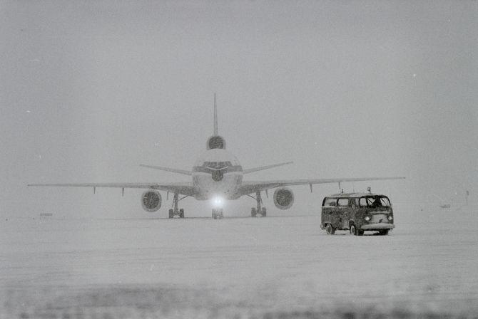 Swissair-Maschine am Flughafen Zürich-Kloten im Winter