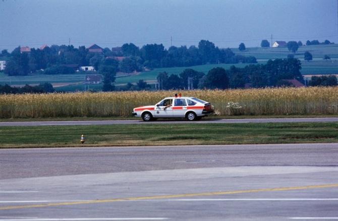 Polizeiauto am Flughafen Zürich-Kloten