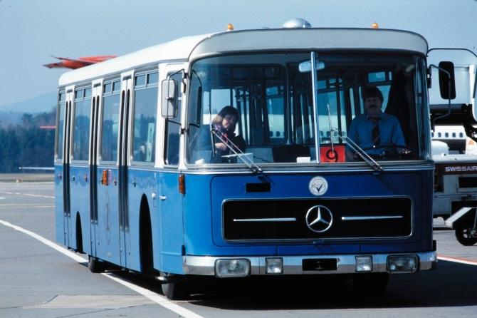 Tarmac/Flughafen-Bus in Zürich-Kloten