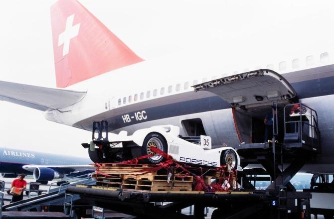 "Autoverlad in die Boeing 747-357 Combi, HB-IGC ""Bern"" in Zürich-Kloten"