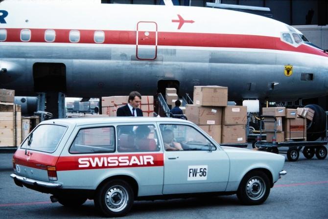"""McDonnell Douglas DC-8-62, HB-IDE """"Uri"""" mit Swissair-Fahrzeug beim Frachtverlad in Zürich-Kloten"""