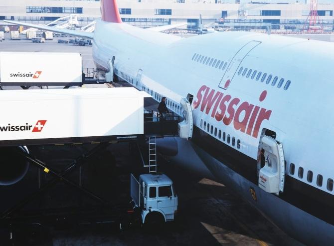 Verlad der Catering-Container in eine Boeing 747-357 der Swissair in Zürich-Kloten