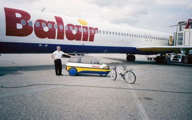 Elektrofahrzeug und Fahrrad der Balair am Flughafen Zürich-Kloten
