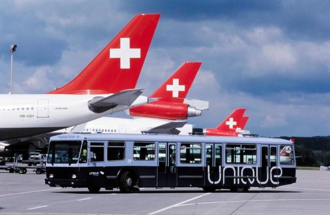 """Blauer Tarmac-Bus mit Aufschrift """"Unique"""" in Zürich-Kloten"""